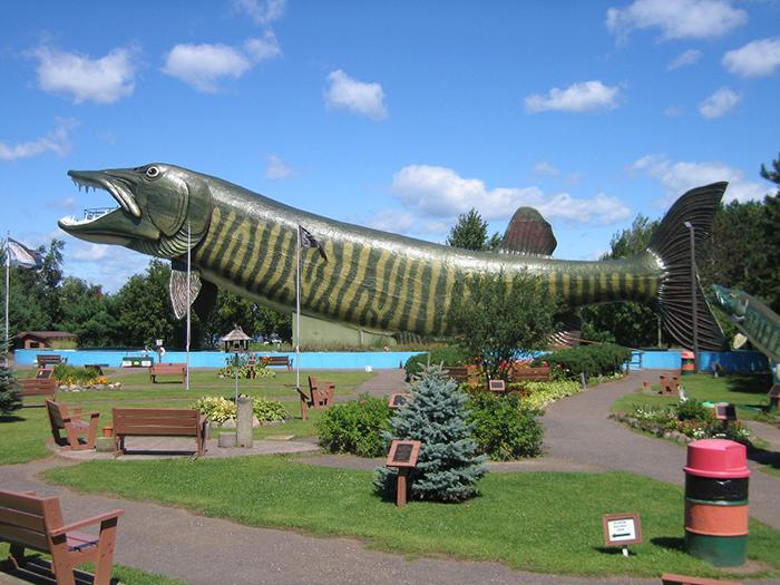 Зал рыбацкой славы в форме щуки в Хэйварде, США