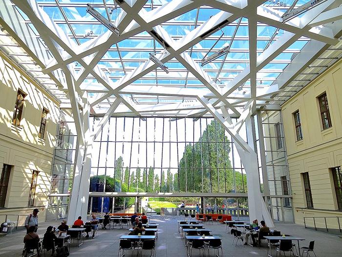 'Стеклянный двор' Еврейского музея в Берлине, Германия