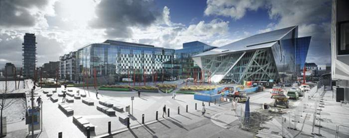 Площадь 'Гранд Канал' и театр  в Дублине, Ирландия