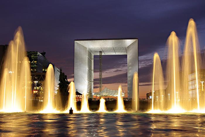 Большая арка Дефанс в Париже: ночной кадр