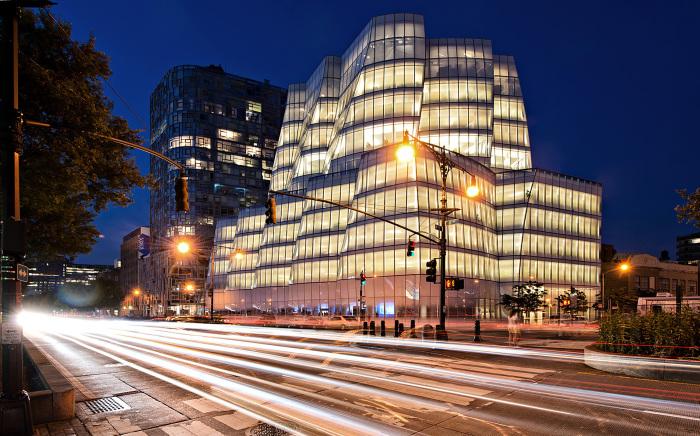 Здание штаб-квартиры корпорации InterActive вечером