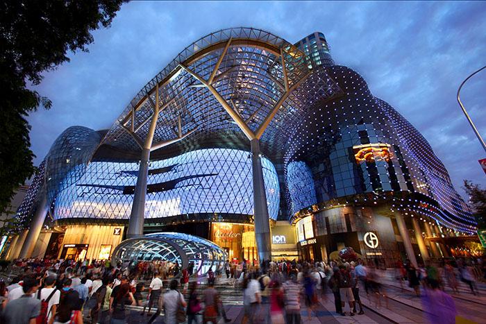 Торгово-развлекательный центр ION Orchard вечером
