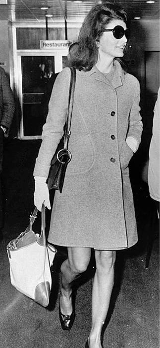 Жаклин Кеннеди со своей любимой сумочкой