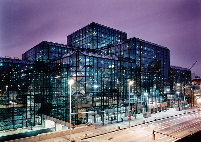 Конференц-центр Якоба Явица в Нью-Йорке, США: ночной кадр