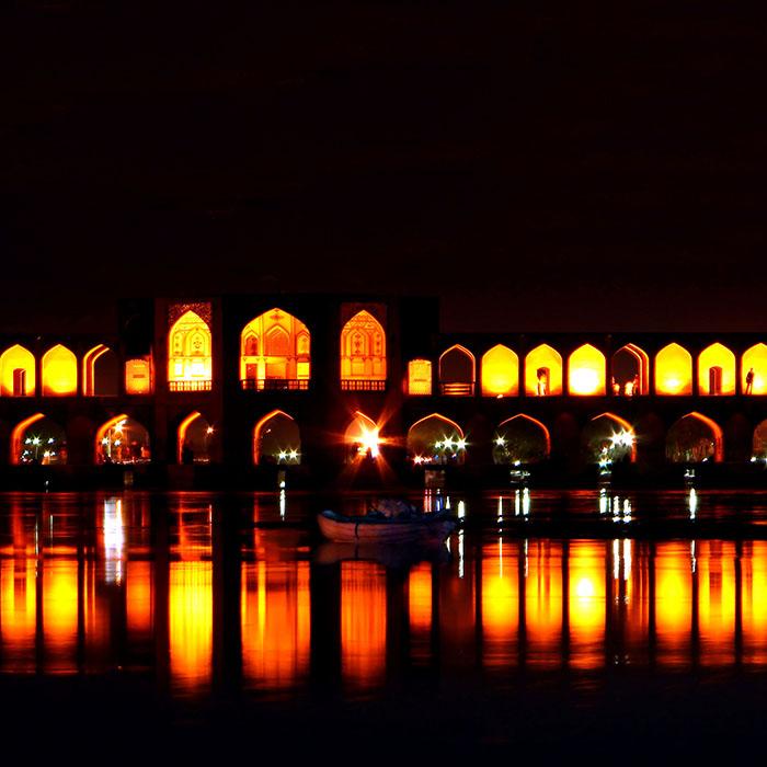 Мост 'Хаджу' в Исфахане: ночной кадр