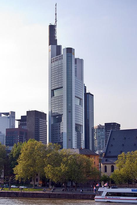 Башня коммерческого банка во Франкфурте-на-Майне.