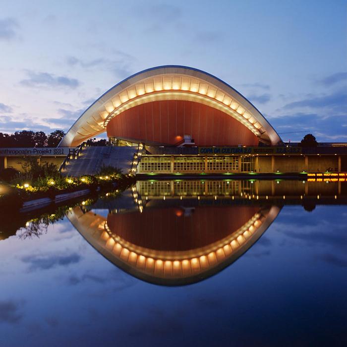 Зал конгрессов в Берлине: вечерний кадр