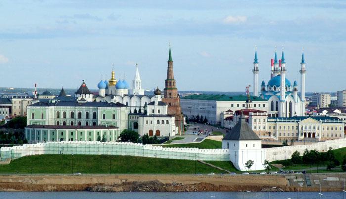 Спасская башня в Казанском Кремле рядом с другими сооружениями