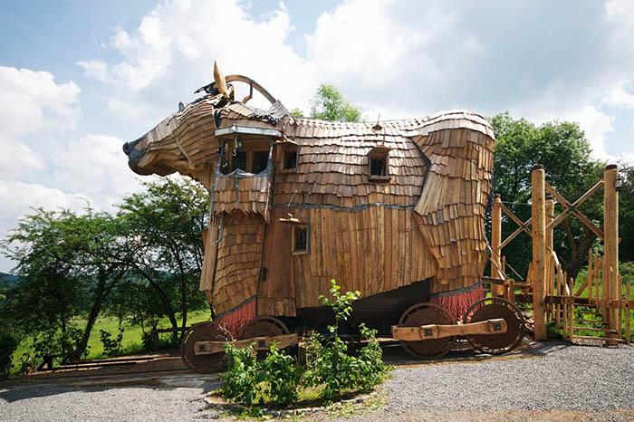 Отель в форме Троянского коня в Дюрбюи, Бельгия