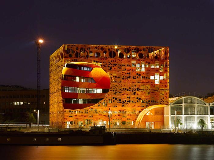Многофункциональный комплекс 'Оранжевый куб' в Лионе: ночной кадр