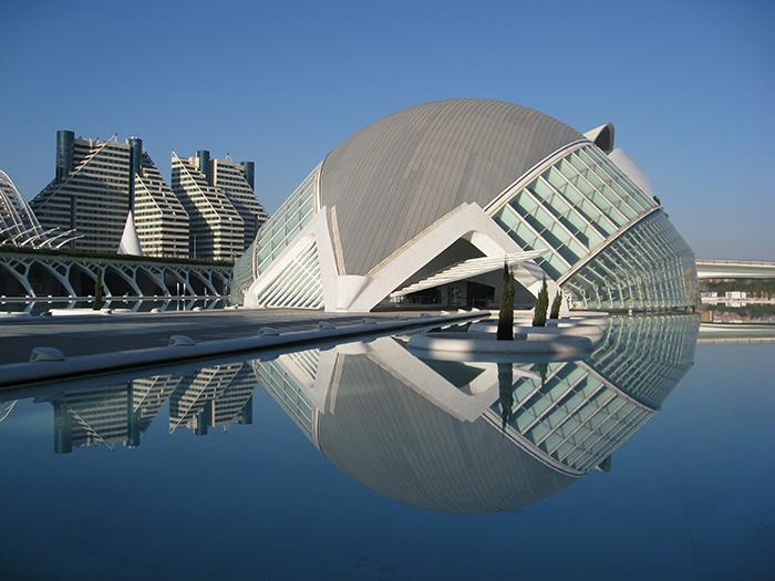 Кинотеатр «Хемисферик» в форме рыбы в Валенсии, Испания