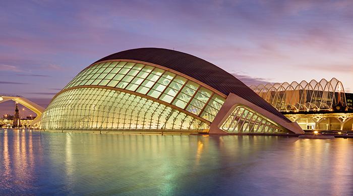 Кинотеатр «Хемисферик» в форме рыбы в Валенсии: ночной кадр