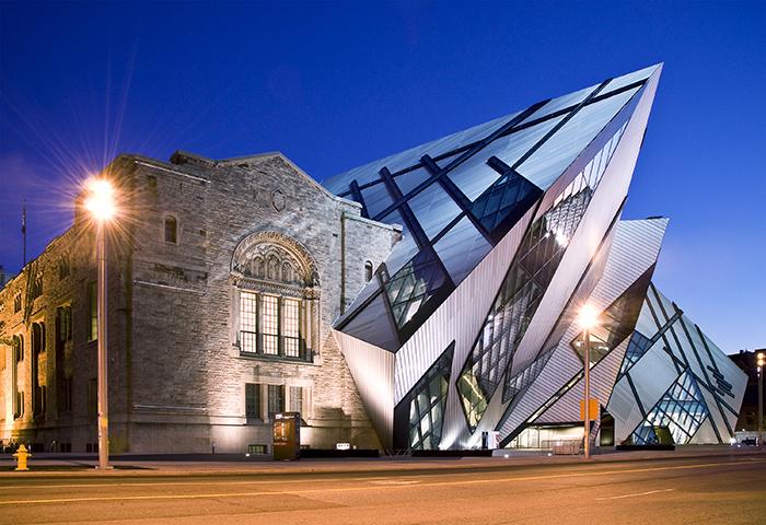 Фасад Королевского музея провинции Онтарио в Торонто, Канада
