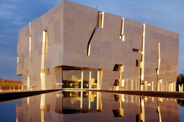Музей вина и СПА-курорт «Лоизиум» в Лангенлойсе: вечерний кадр