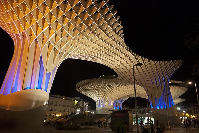Комплекс Metropol Parasol в Севилье ночью