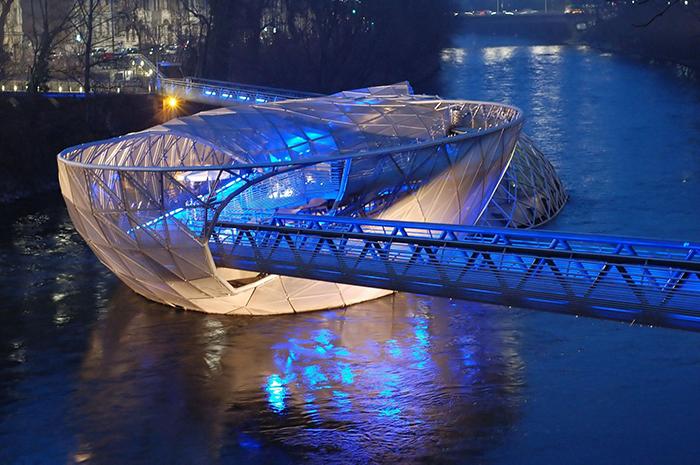 Мост-остров Муринсель на реке Мур в Граце: ночной кадр