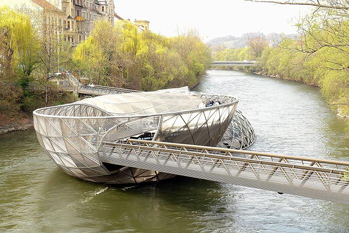 Мост-остров Муринсель на реке Мур в Граце