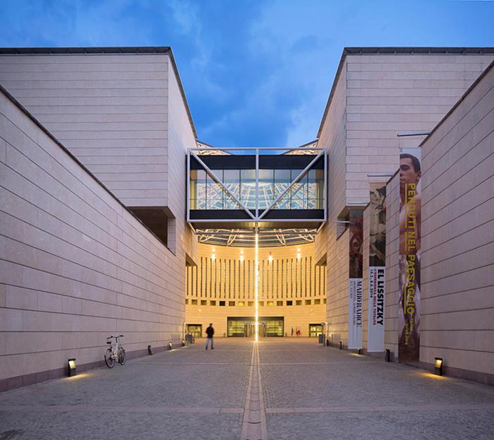 Музей современного искусства в Роверето вечером
