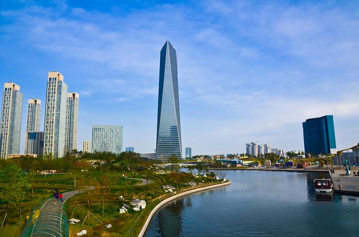 Небоскрёб Northeast Asia Trade Tower в Инчхоне на фоне города