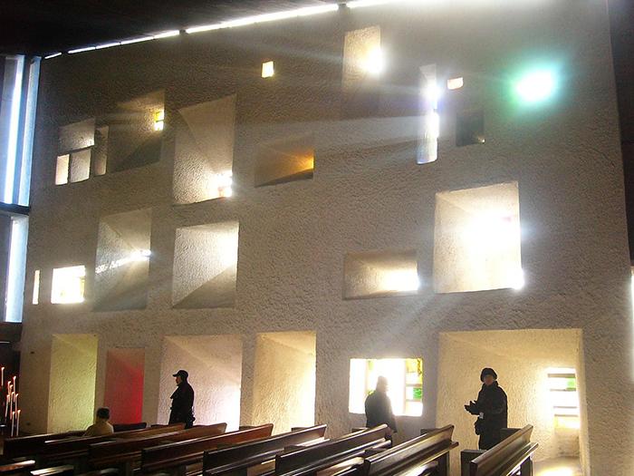 Капелла в Роншане: интерьер помещения