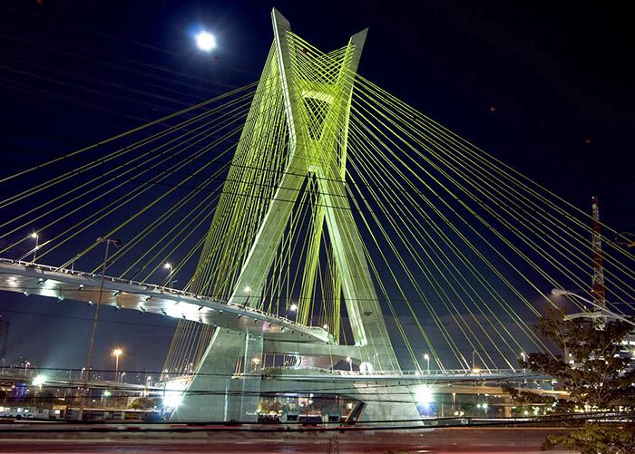 Мост 'Октавио Фриас де Оливейра' в Сан-Паулу: ночной кадр