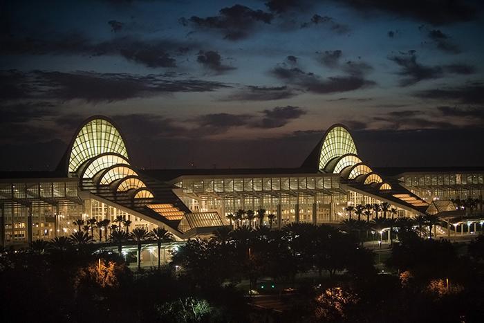 Конференц-центр Orange County в Орландо, США: ночной кадр