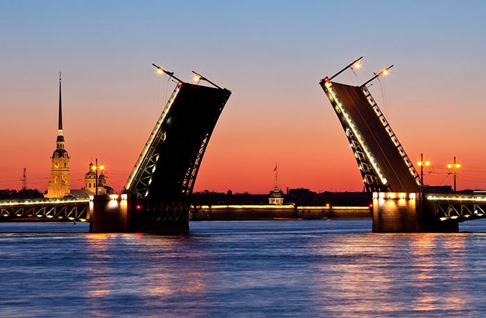 Дворцовый мост в Санкт-Петербурге на закате