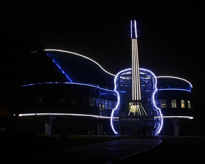 'Фортепиано и скрипка' с ночной подсветкой