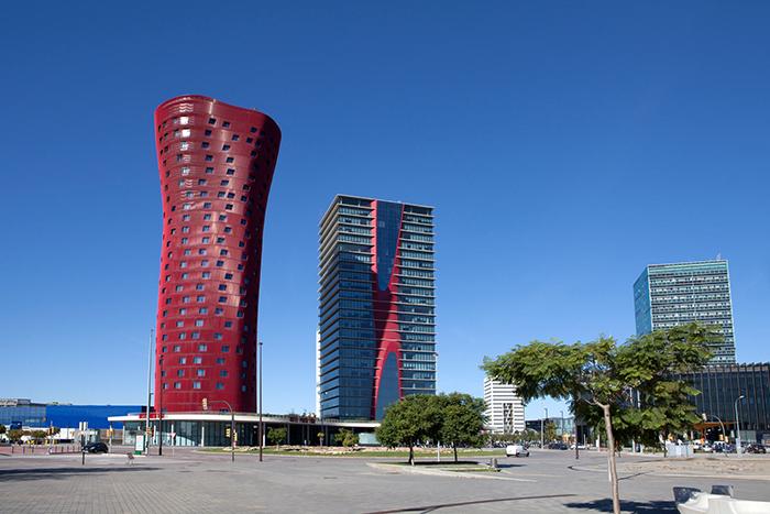 Отель Porta Fira в Барселоне (слева)