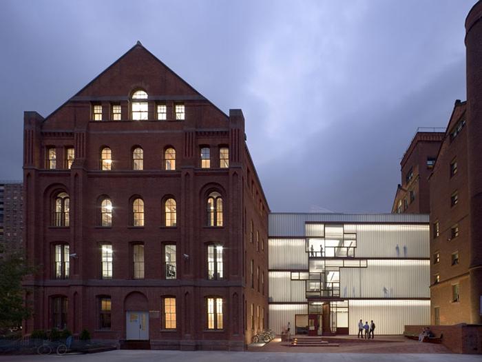 Центральный корпус «Хиггинс-холла» Института Пратта в Нью-Йорке, США