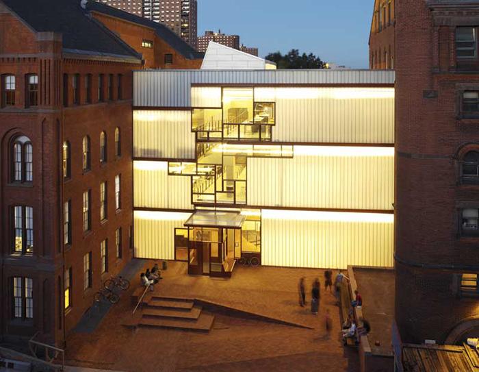 Центральный корпус «Хиггинс-холла» Института Пратта в вечерней подсветке