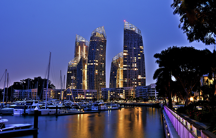 Многофункциональный комплекс 'Отражение' в Сингапуре: ночной кадр