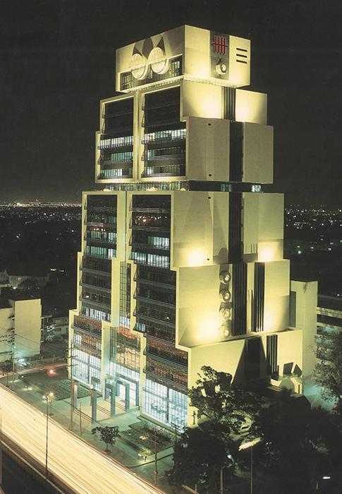 Здание-робот ночью
