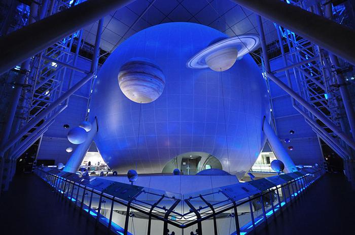 Величезна сфера всередині Центру вивчення Землі і Космосу