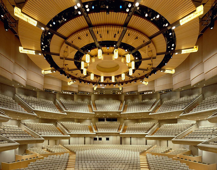 """Concert Hall """"Roy Thomson Hall"""" em Toronto: o interior do salão"""