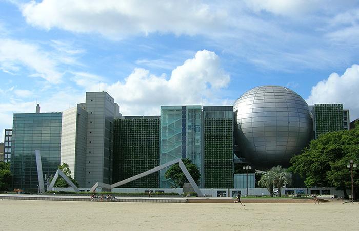 Здание музея на фоне города Нагои