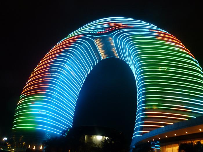 Фасад здания оборудован самой разнообразной подсветкой