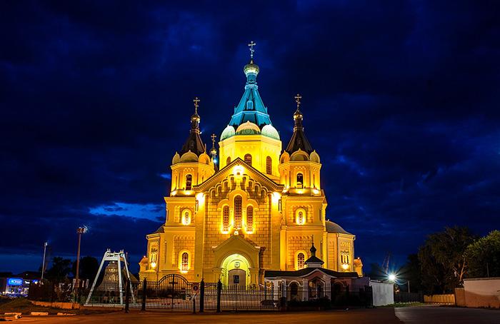 Александро-Невский Новоярмарочный собор: ночной кадр