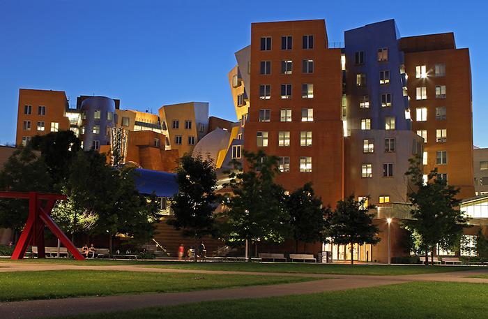 Здание центра ночью