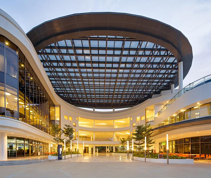 Центр развития Стивена Риади с подсветкой
