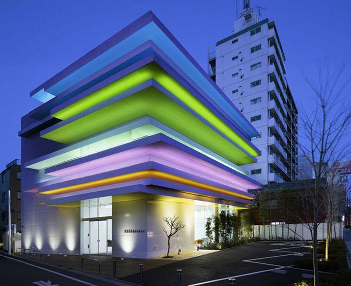 Филиал банка Sugamo Shinkin Bank ночью