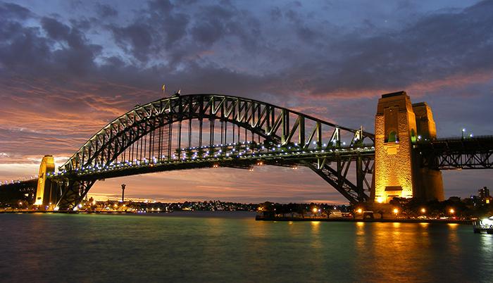 Мост 'Харбор-Бридж' в Сиднее на закате