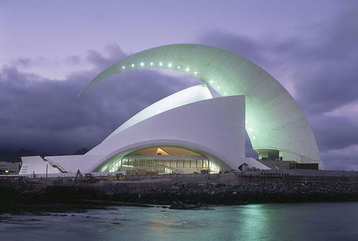 Оперный театр Tenerife Auditorium в сумерках