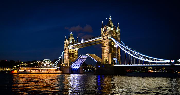 Тауэрский мост в Лондоне: ночной кадр