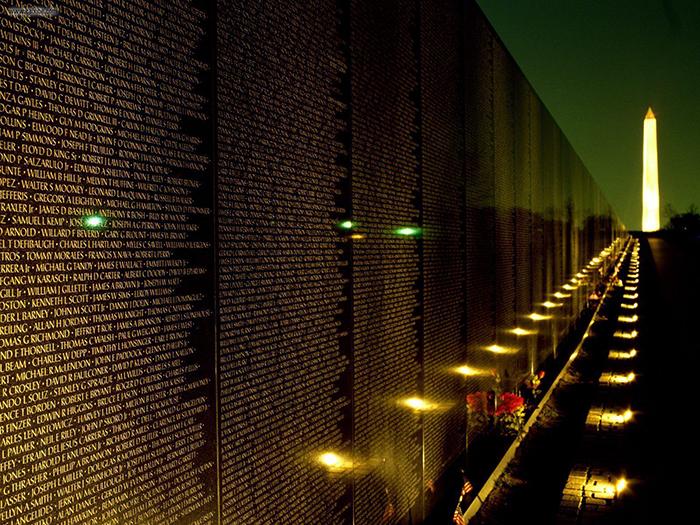 Мемориал ветеранов войны во Вьетнаме: ночной кадр