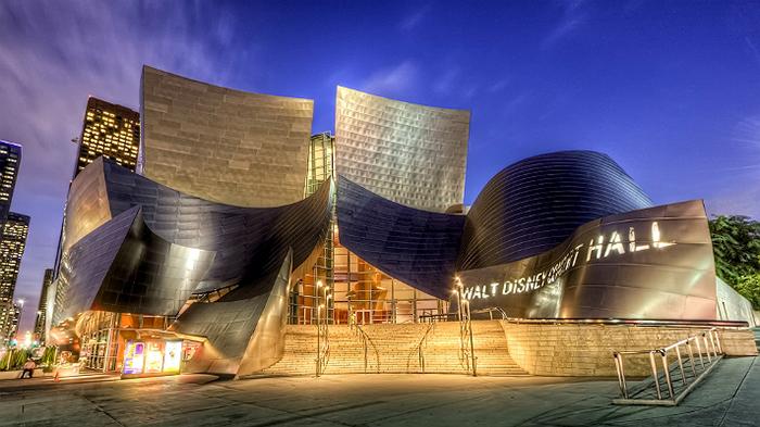 Концертный зал ночью