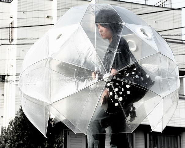 Индивидуальная остановка транспорта в виде гигантского зонта.