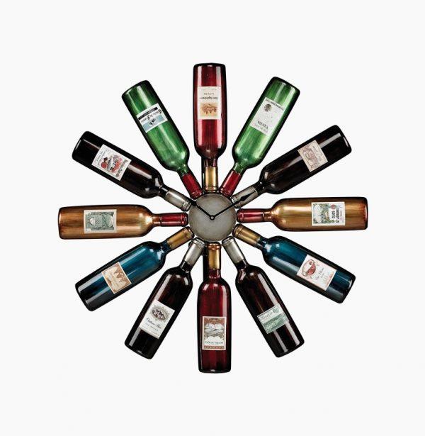 «Винные» настенные кухонные часы, сделанные из разноцветных бутылок.
