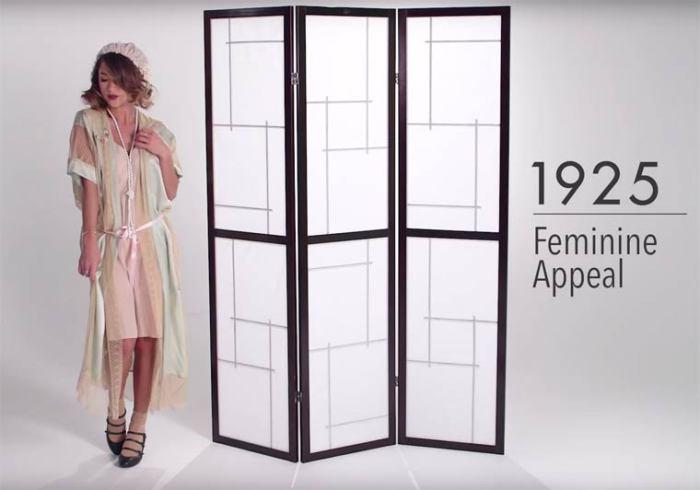 В 20-е годы прошлого века представительницы прекрасного пола начали носить женственное и кокетливое нижнее белье.