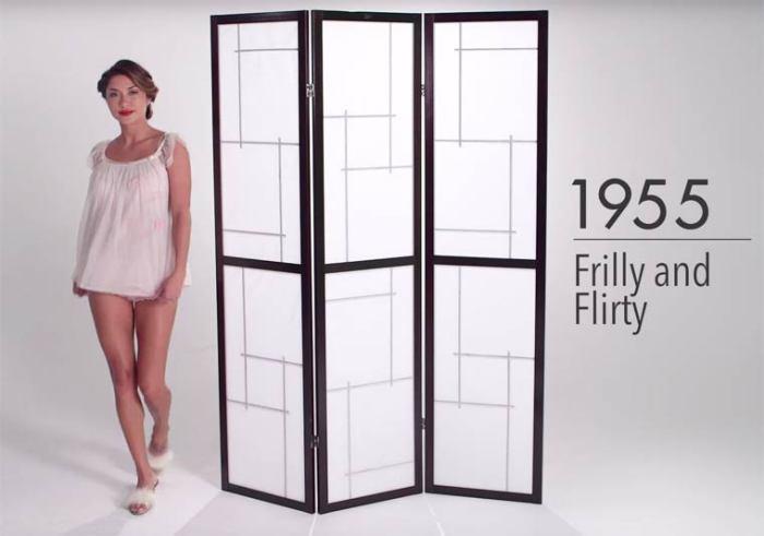 В середине ХХ века женщины носят нижнее белье с множеством различных элементов декора.